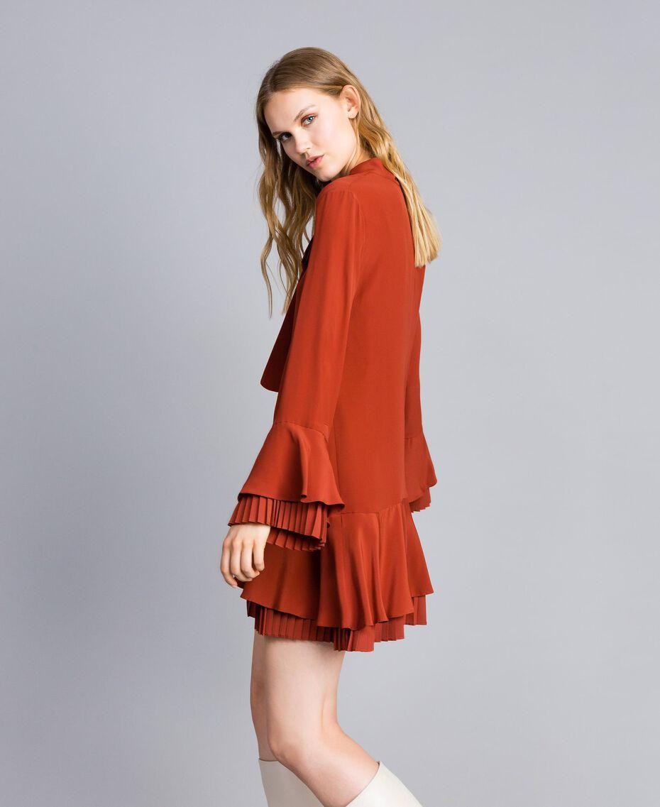 Kurzes Kleid aus Seidenmischung mit Plissee Rotbraun Frau TA823S-02