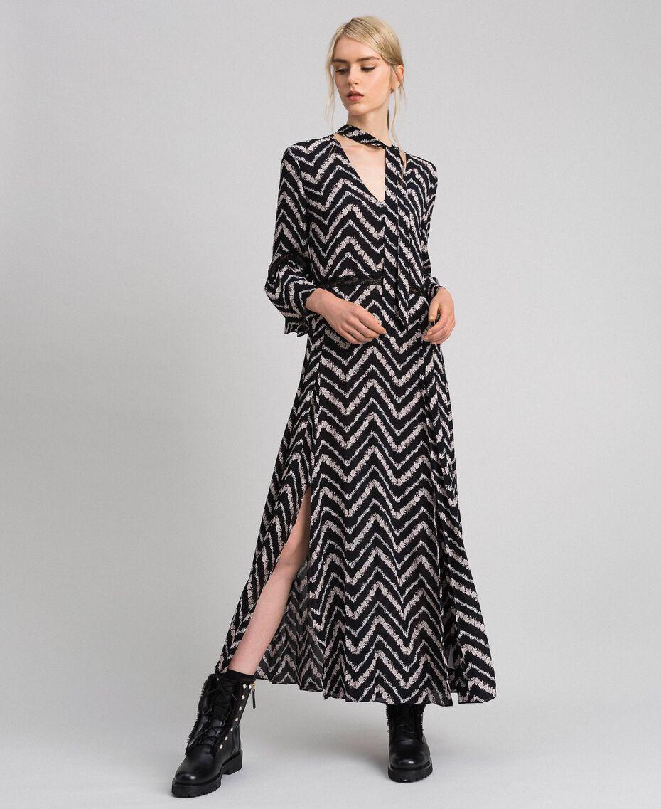 Vestido largo con estampado floral chevrón Estampado Chevrón Negro / Blanco Nieve Mujer 192TP2527-01