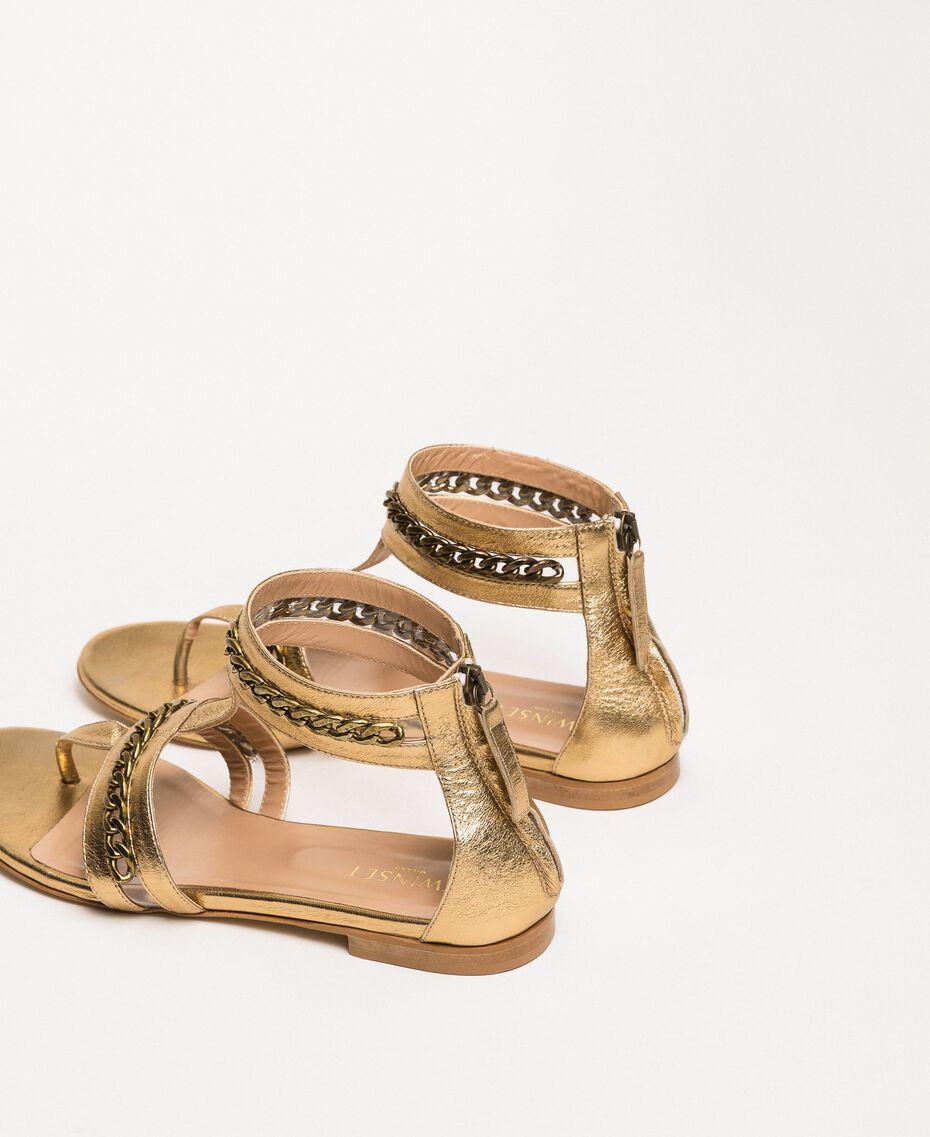 Flache Sandale aus Metallic-Leder mit Kettchen Goldfarbene Beschichtung Frau 201TCP122-03