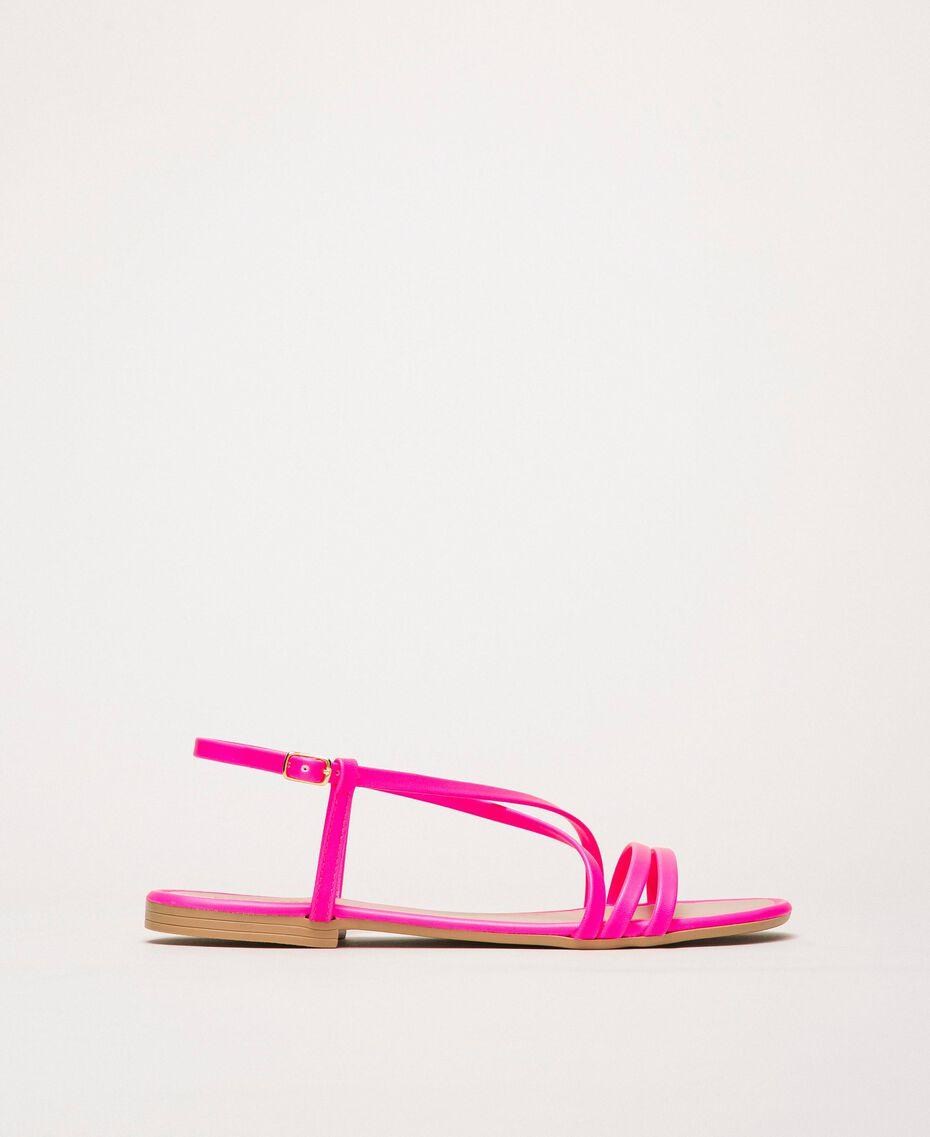 Flache Sandale aus Lederimitat in Neonfarbe Neonpink Frau 201MCT010-02