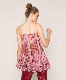 """Топ из набивного жоржета, отделанный мелким рюшем Принт Геометрический Розовый """"Конфета"""" женщина 201ST2184-04"""
