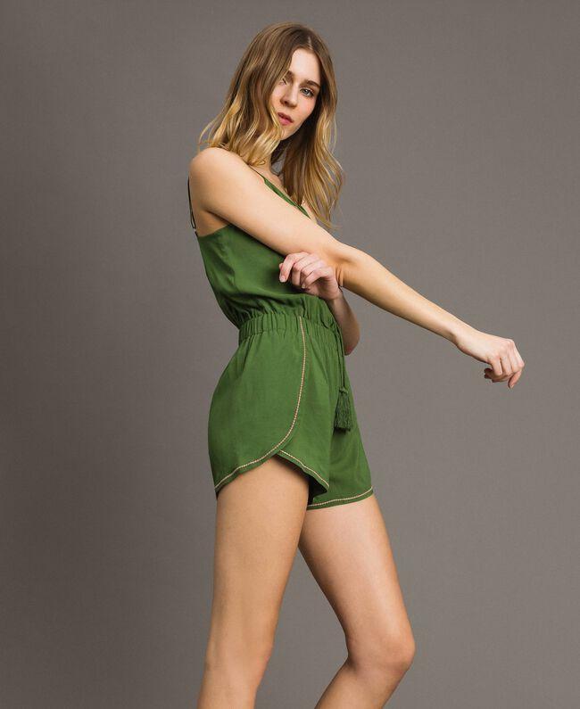 Kurzer Overall mit Schulterträgern und Stickereien Amazonas Grün Frau 191LM2RDD-01