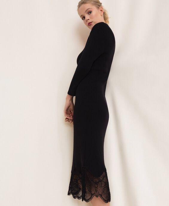 Платье-футляр в рубчик с кружевом