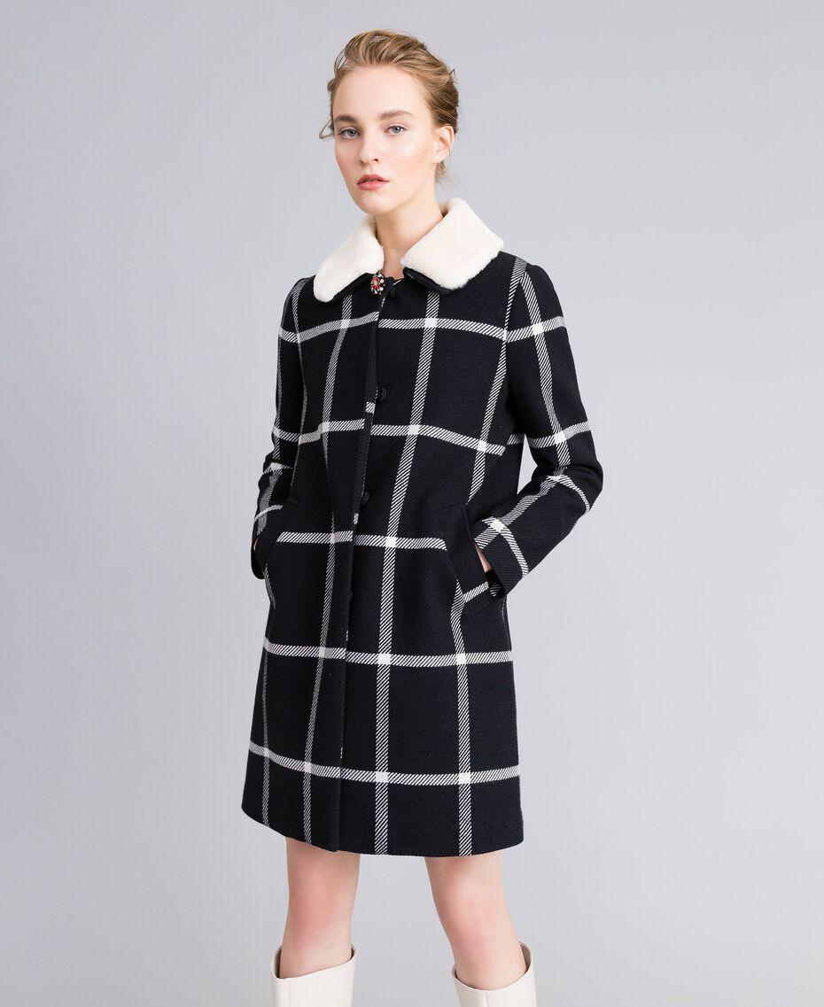 Manteau long en drap à carreaux Bicolore Carreaux Noir / Blanc Neige Femme PA826Z-01