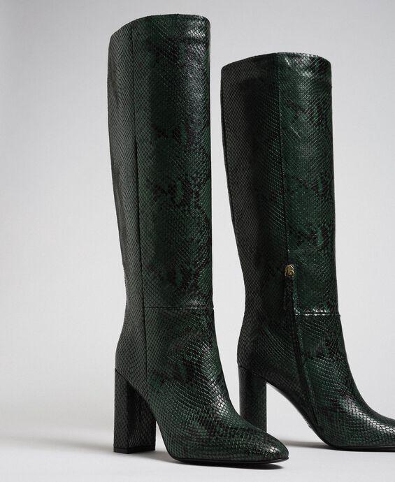 Высокие кожаные сапоги с животным принтом