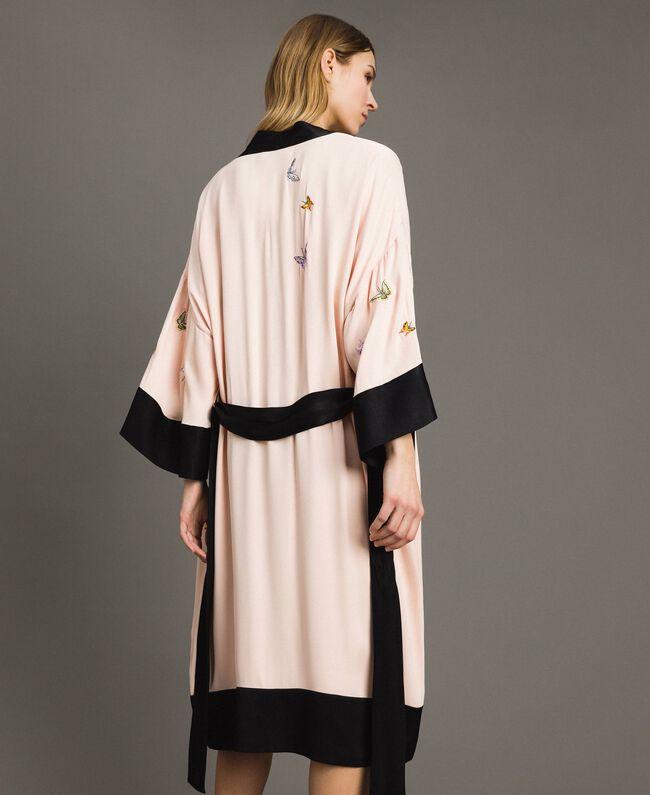 """Satin-Kimono mit Schmetterlings-Stickerei Zweifarbig """"Rose Sand"""" Pink / Schwarz Frau 191TT2110-03"""