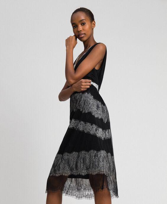 Kleid aus Chantillyspitze mit Kontrasteinsätzen