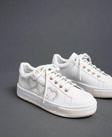 Sneakers aus Leder mit Herzen und Nieten Weiß Frau 192TCP01Y-02