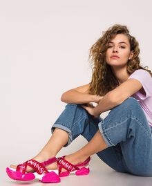 "Sneakersandale mit Logoriemen Zweifarbig ""Geranium""-Rot / ""Jazz""-Rosa Frau 201TCT094-0S"