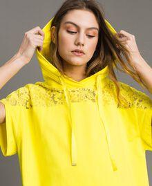 Maxi-Sweatshirt mit Kapuze und Spitze Neongelb Frau 191MT2340-01