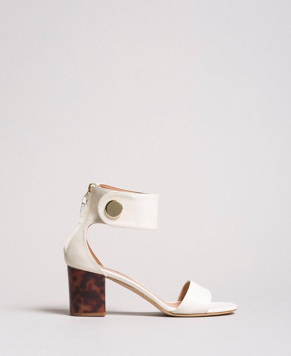 Sandalette aus Leder mit Knopf Weiß Schnee Frau 191TCP096-02