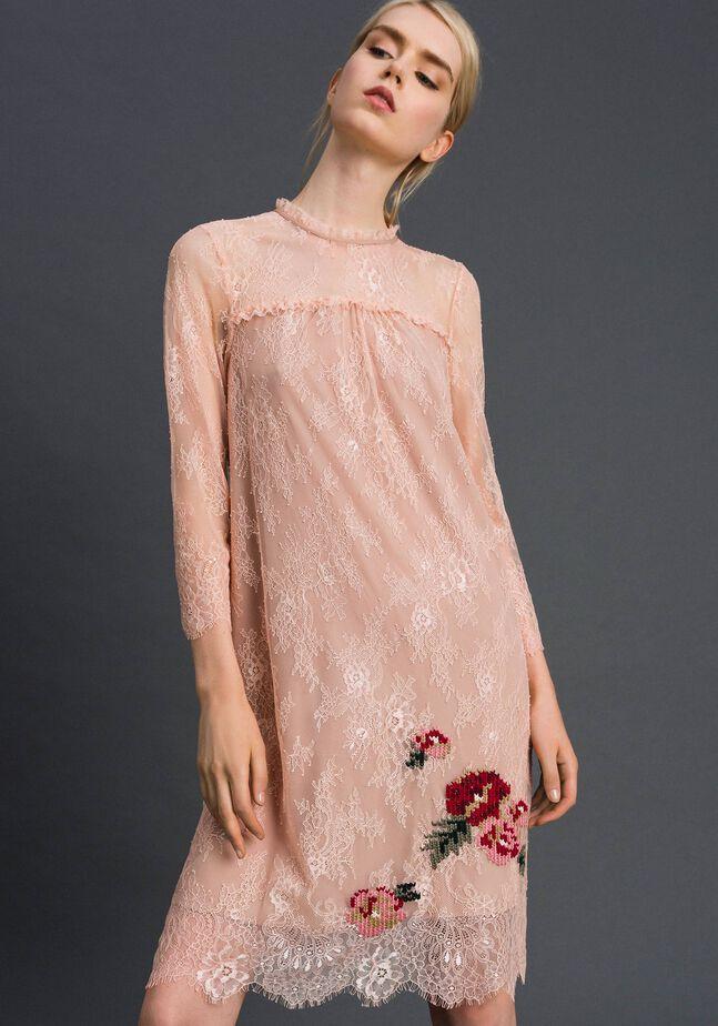 Kleid aus Valenciennesspitze mit floralen Stickereien