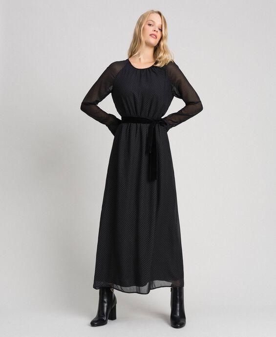 Длинное платье из жоржета в горошек