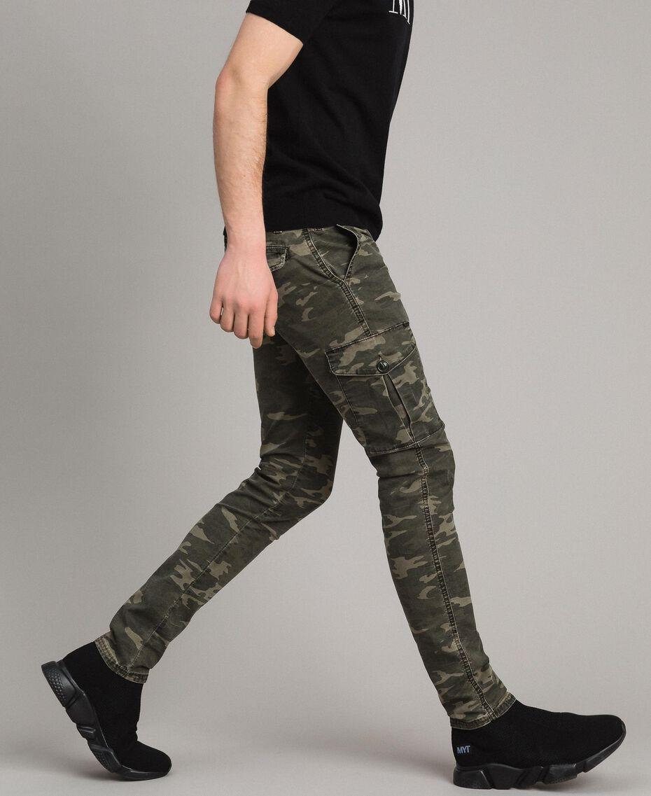 Baumwoll-Cargo-Hose mit Camouflage-Aufdruck Motiv Dunkel Camouflage Mann 191UT2021-02