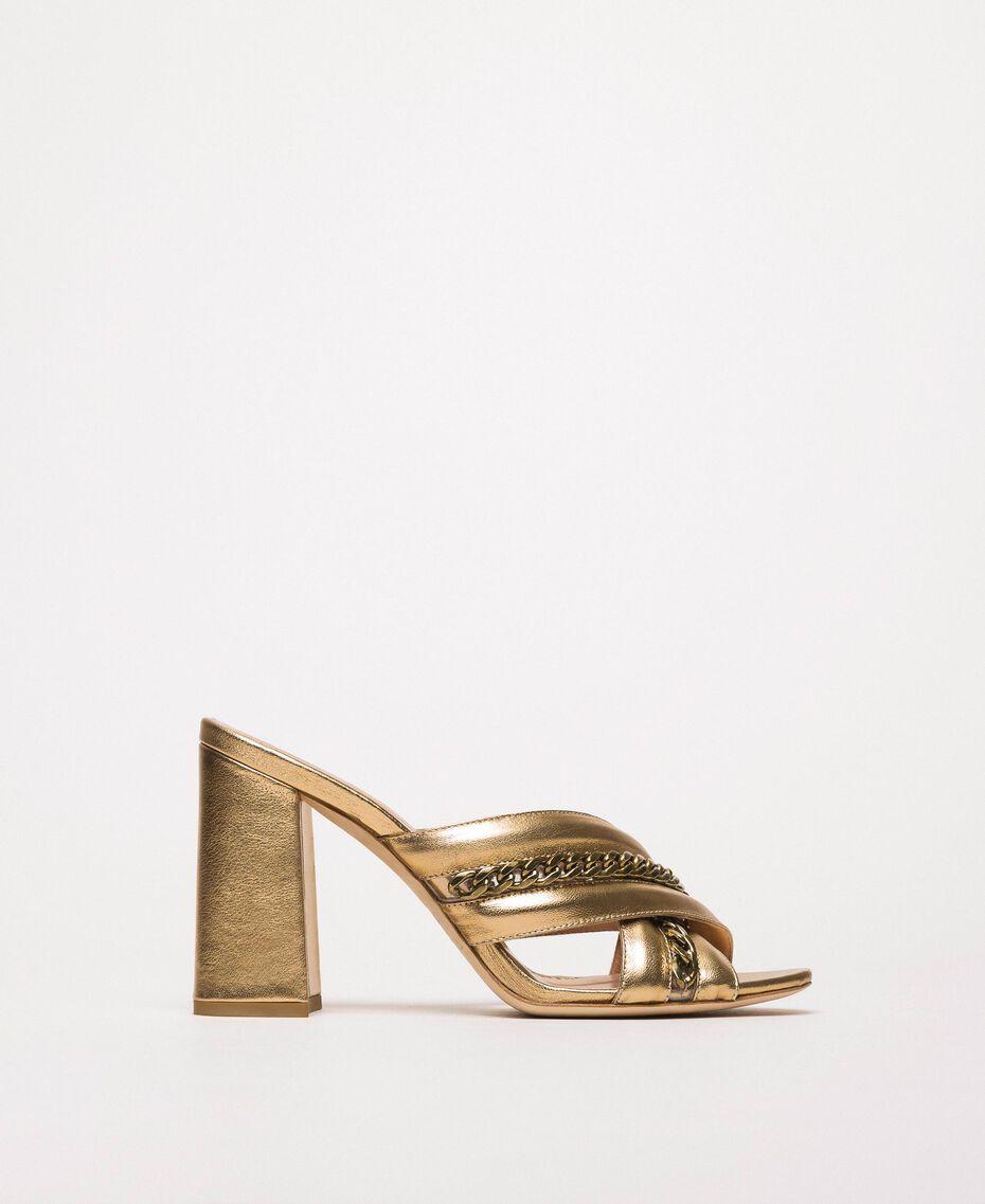 Mules aus Metallic-Leder mit Kettchen Goldfarbene Beschichtung Frau 201TCP126-01