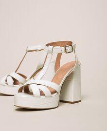 T-Bar-Sandalette aus Leder Print Kroko Schneeweiß Frau 201TCP072-03