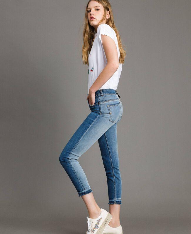 Skinnyjeans mit ausgefranstem Beinabschluss Denimblau Frau 191MP2473-01