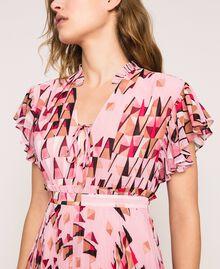 Robe en crêpe georgette imprimé, avec plis et volants Imprimé Géométrique Rose «Bonbon» Femme 201ST2185-04