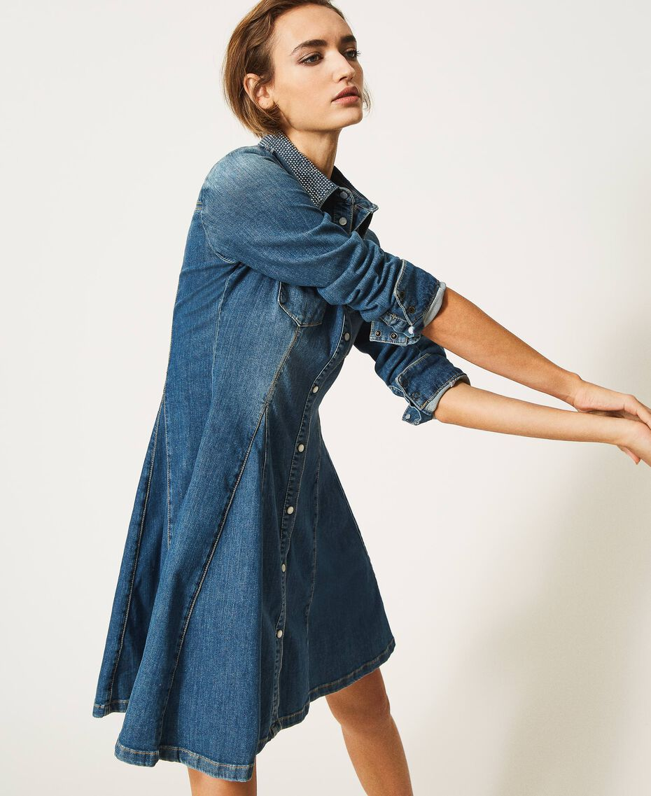"Hemdblusenkleid aus Jeans mit Nieten Mittleres ""Denimblau"" Frau 202MP2473-02"
