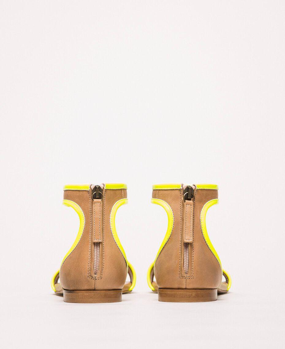 """Flache Sandale aus Leder und Lack Zweifarbig """"Desert""""- Beige/ Neongelb Frau 201TCP014-02"""