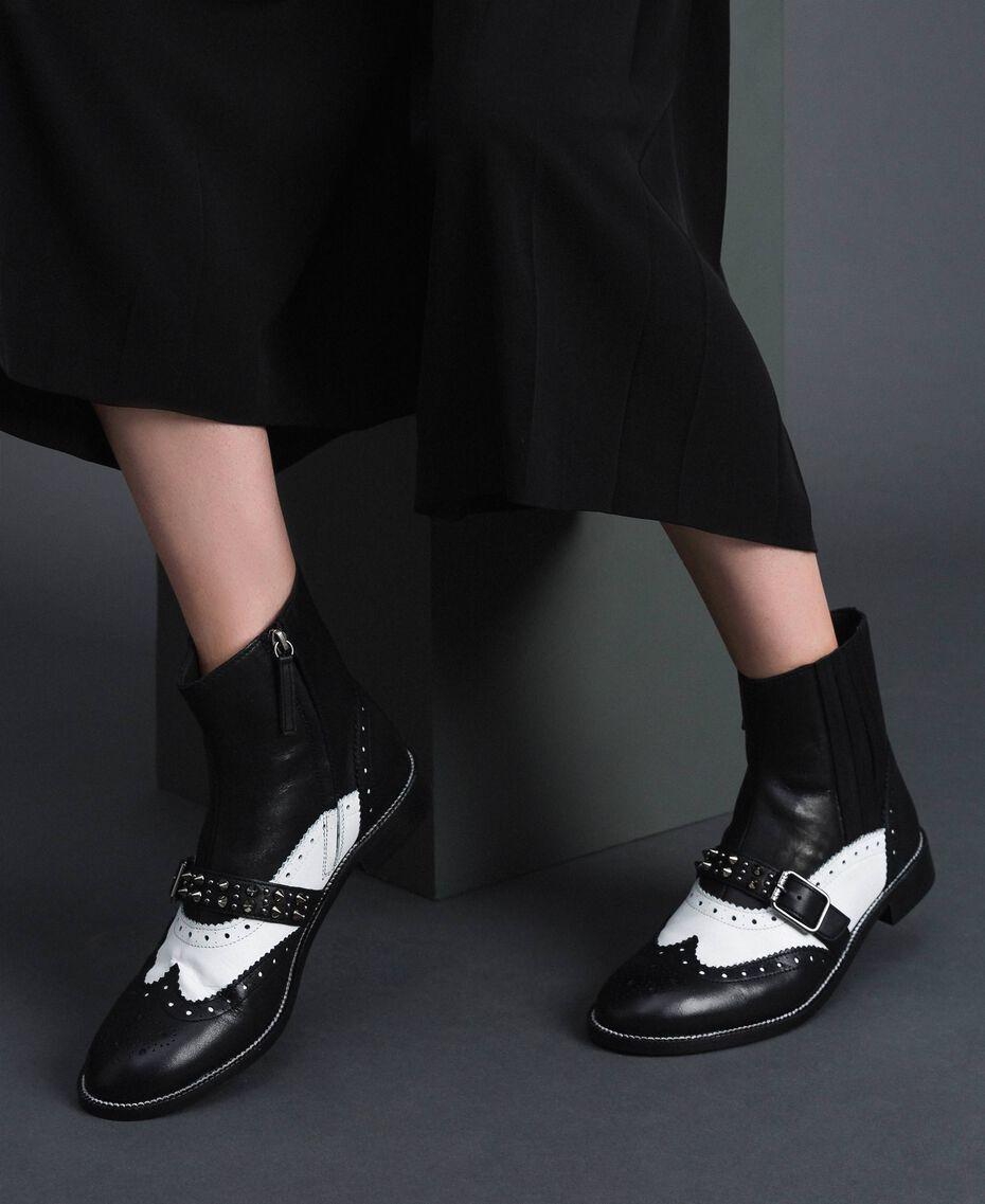 Stiefelette aus Leder mit nietenbesetztem Riemen Optisches Weiß / Schwarz Frau 192TCP10Q-0S
