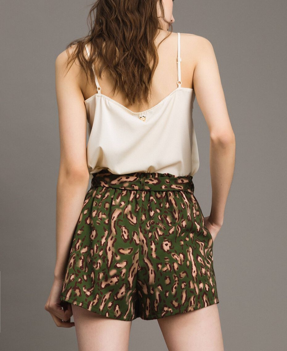Shorts mit Tiermuster Motiv Tiere Amazonasgrün Frau 191LM2UJJ-03