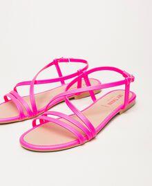 Flache Sandale aus Lederimitat in Neonfarbe Neonpink Frau 201MCT010-03