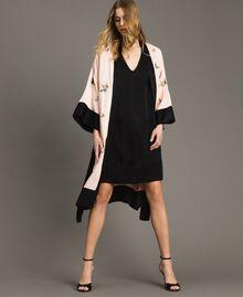 """Satin-Kimono mit Schmetterlings-Stickerei Zweifarbig """"Rose Sand"""" Pink / Schwarz Frau 191TT2110-0T"""