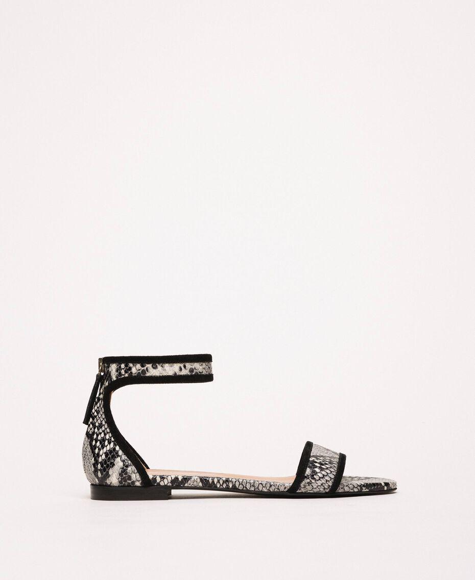 Flache Sandale aus Leder mit Pythonprägung Zweifarbig Print Python Helles Felsengrau / Schwarz Frau 201TCP020-01