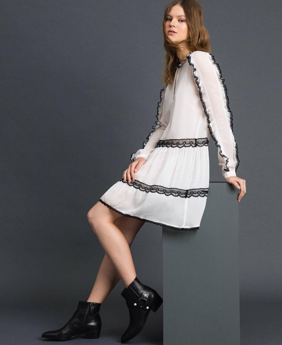 Robe en crêpe georgette avec petits volants et dentelle Bicolore Blanc Neige/ Noir Femme 192TP2573-01