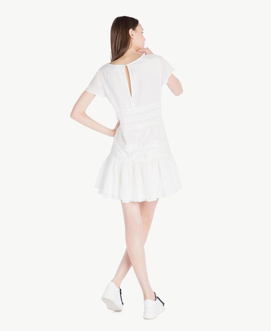 Kleid mit Rüschen Elfenbein Frau SS82HR-03