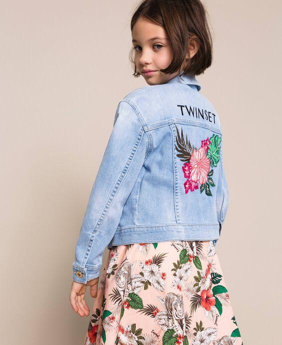 Джинсовая куртка квадратного кроя, украшенная вышивкой