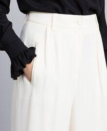 Cropped-Hose aus Envers-Satin Weiß Schnee Frau TA824K-04