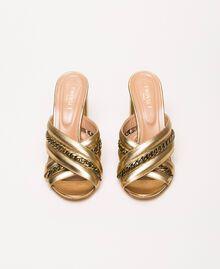 Mules aus Metallic-Leder mit Kettchen Goldfarbene Beschichtung Frau 201TCP126-05