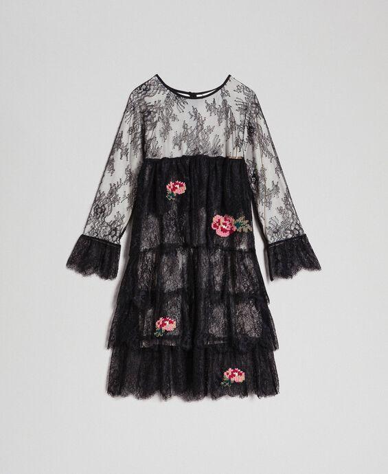 Robe en dentelle de Chantilly avec roses brodées