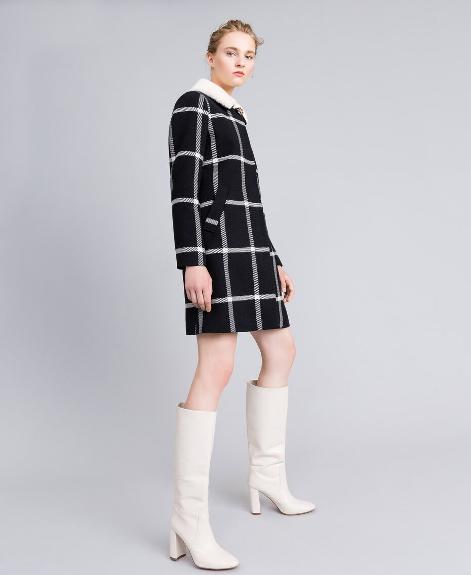 Manteau long en drap à carreaux Bicolore Carreaux Noir / Blanc Neige Femme PA826Z-02