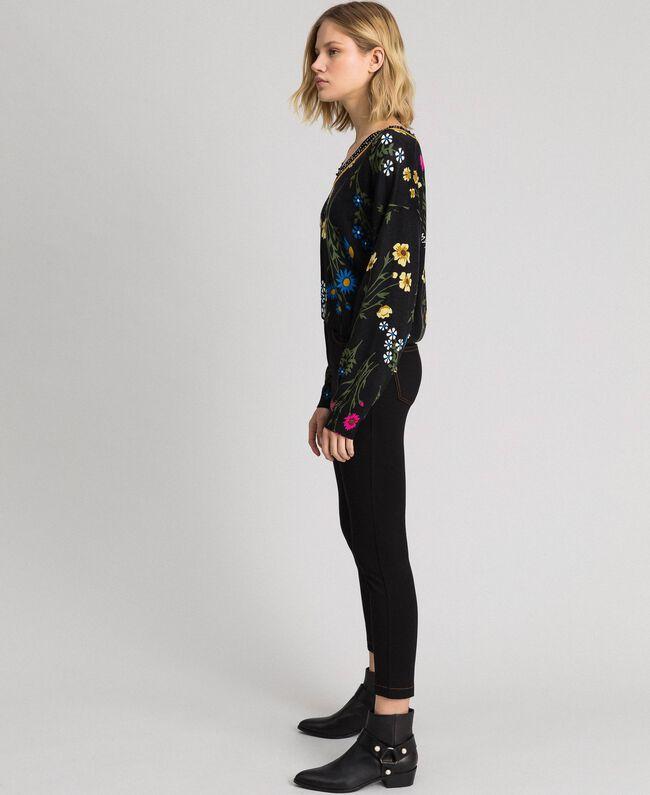 Cropped-Pullover mit Print und Lurex am Ausschnitt Motiv Schwarze Blumen Frau 192MP3231-03