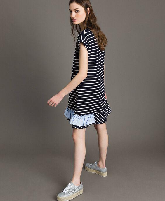 Gestreiftes Kleid mit kontrastfarbenem Volant