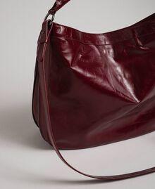 Borsa hobo in pelle effetto craclé con borchie Rosso Beet Donna 192TA7236-03