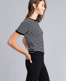 Pull à rayures bicolores avec ruches Rayure Noir / Blanc Nacre Femme JA83BN-02