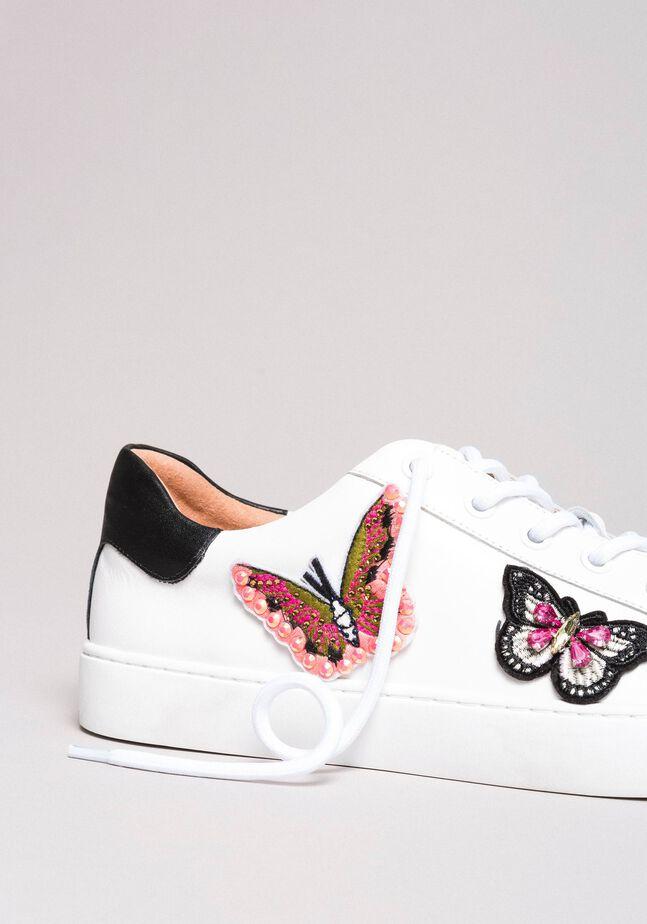 Baskets en cuir ornés de patchs papillons