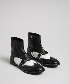 Stiefelette aus Leder mit nietenbesetztem Riemen Optisches Weiß / Schwarz Frau 192TCP10Q-01