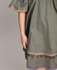 Baumwollkleid mit Mini-Medaillen Tundra-Grün Kind 191GJ2073-04