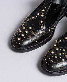 Schuh aus Leder mit Cut-outs und Nieten Schwarz Frau CA8PEU-04