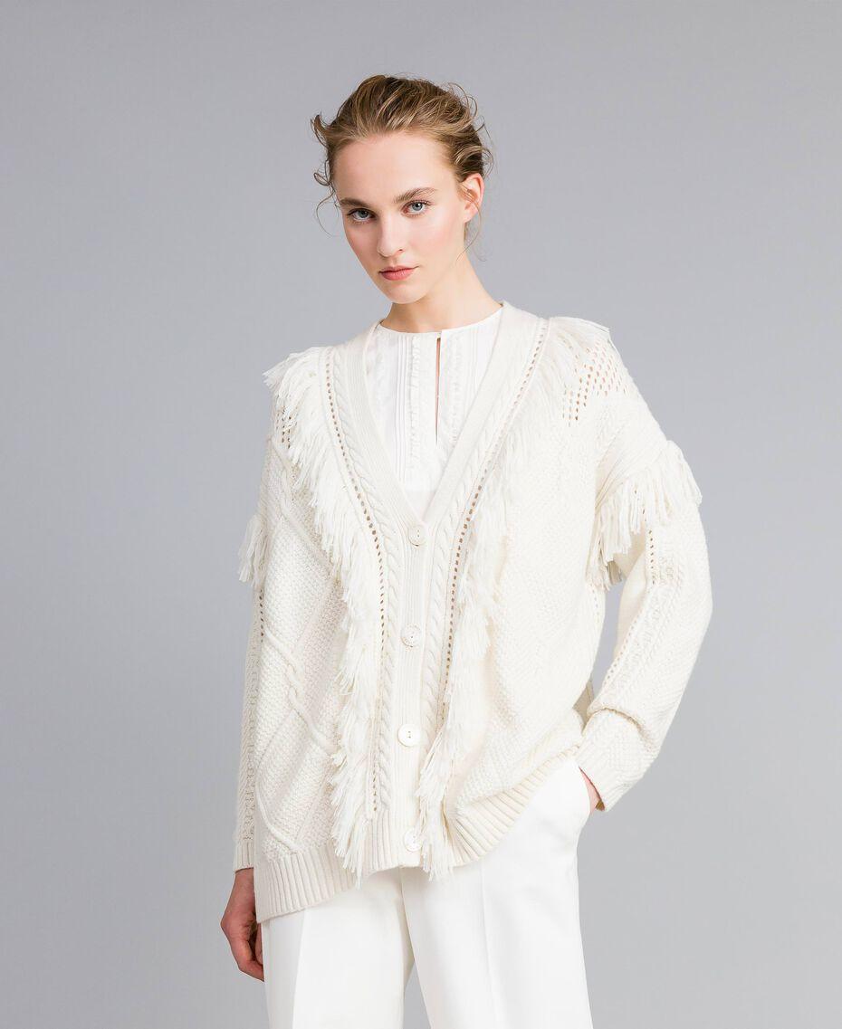 Maxi-Strickcardigan mit Fransen Weiß Schnee Frau PA83BB-02