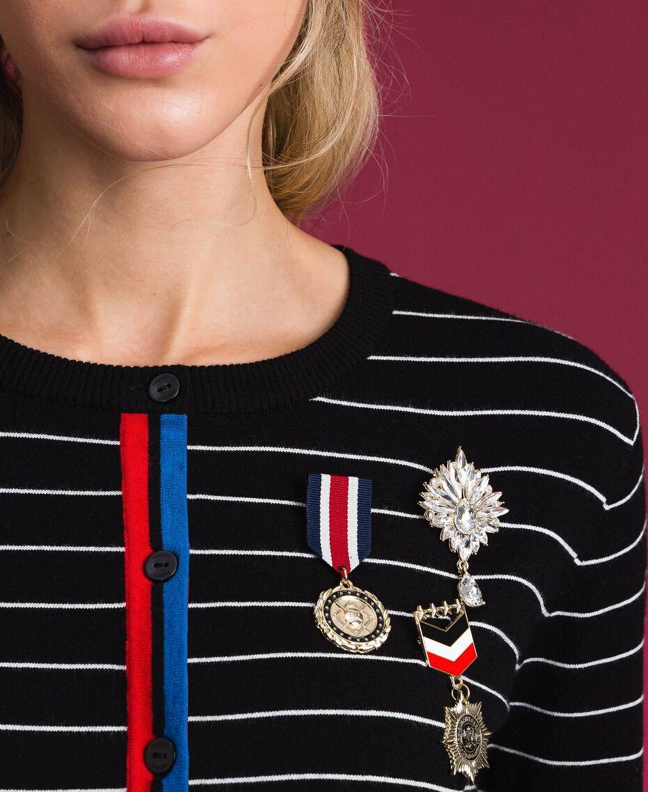 Gestreifter Cardigan mit Broschen im Medaillenstil Zweifarbig Schwarz / Lilie Frau 192MP3251-05