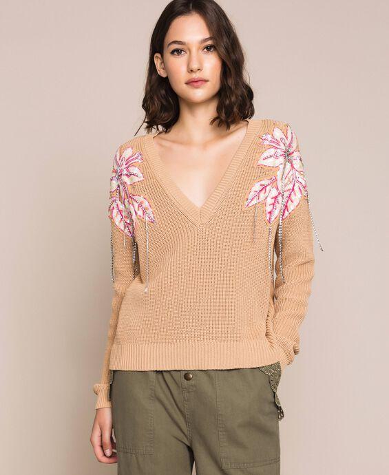 Kastiger Pullover mit Blumenapplikationen und Stickereien