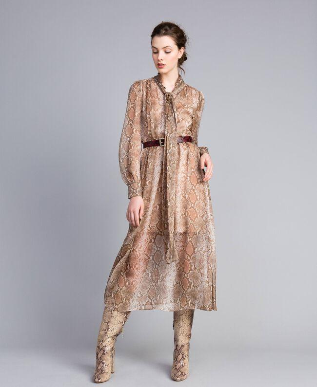 "Langes Kleid aus Seidenchiffon mit Animalierdessin Print ""Snake"" Kamelbraun Frau PA827B-01"