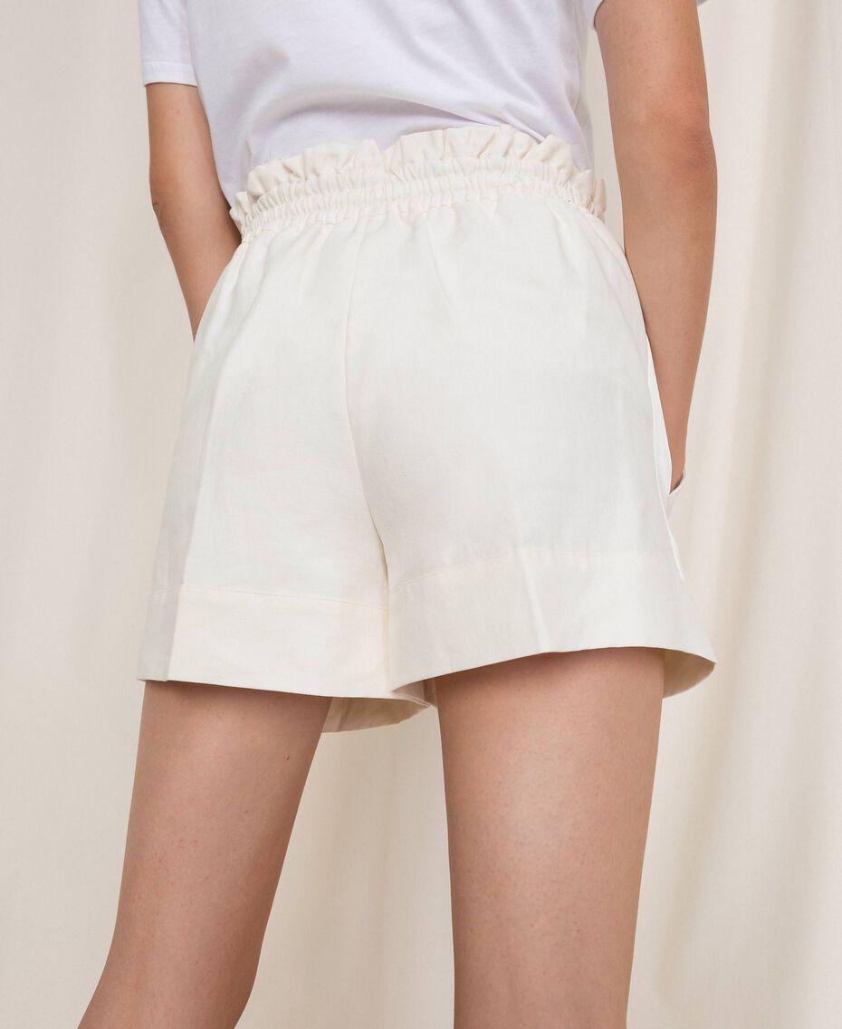 Shorts aus Leinenmischung Weiß Schnee Frau 201TP2255-03