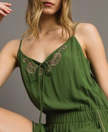 Kurzer Overall mit Schulterträgern und Stickereien Amazonas Grün Frau 191LM2RDD-04